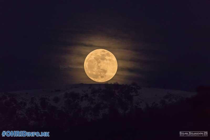 Фото: Супер Месечината изгреа над Охрид