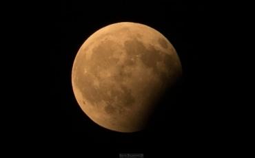 УТРЕ: Делумно затемнување на месечината