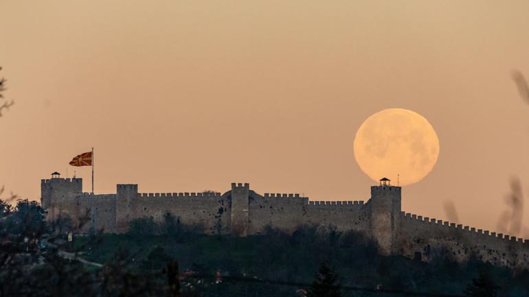 (ВИДЕО) Супер Розевата Месечина изгреа над Охрид