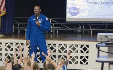 Бесплатни онлајн часови со астронаутот Мелвин од НАСА